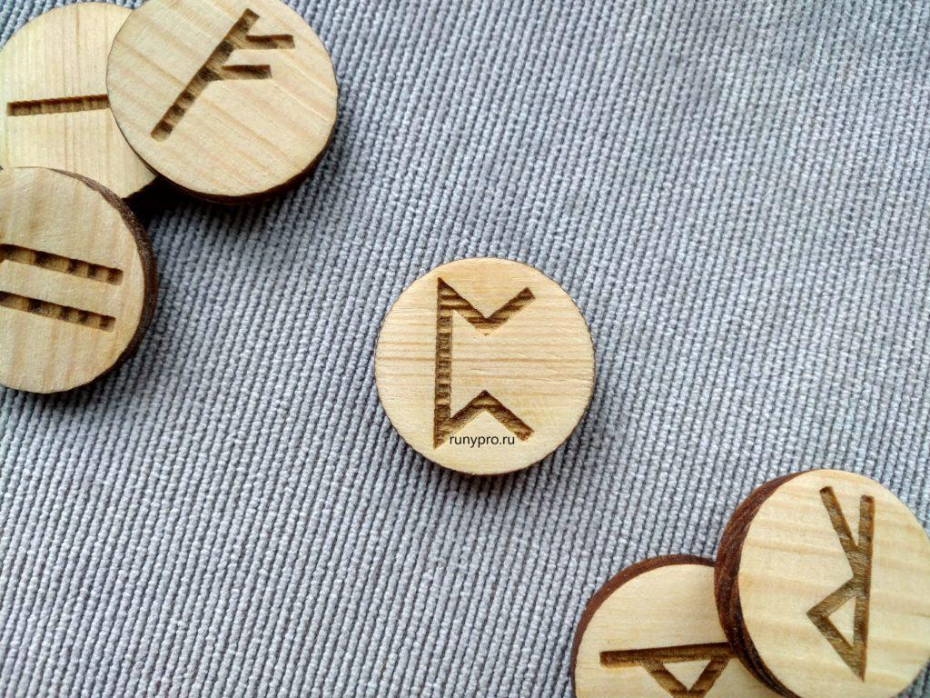 Значение рунического символа Перт, его толкование в гадании на любовь и отношения
